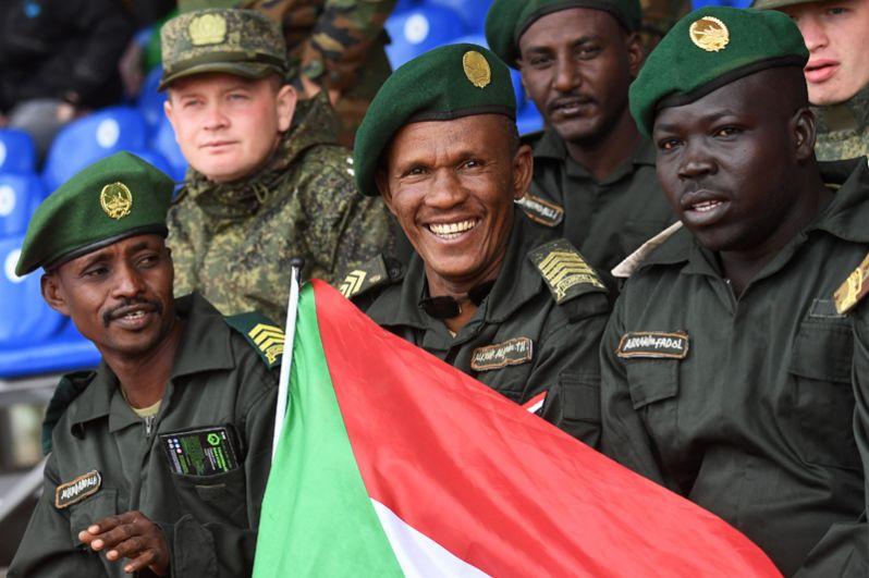 Суданские болельщики во время соревнований «Танковый биатлон».