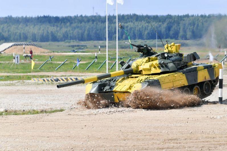 Танк Т-72Б3 команды армии Армении преодолевает преграду на первом этапе индивидуальной гонки «Танкового биатлона».