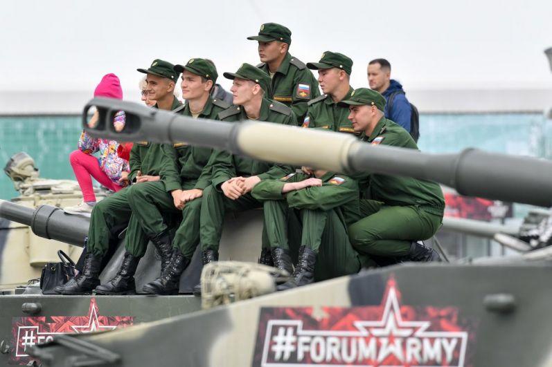 Российские военные на соревнованиях «Танковый биатлон».