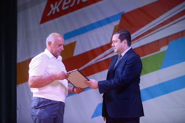 Алексей Островский вручает награду.