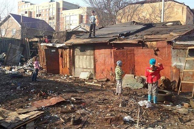 Сараи занимали практически всю площадь двора, даже детям для игр тут места не хватало.