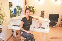 В квартире вСеверном Бутове певица играет нароскошном белом рояле, который длянеё– пианистки– был давней мечтой.