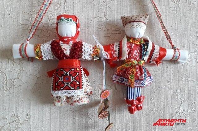 Для каждого куклы - индивидуальный наряд, ткани, аксессуары.