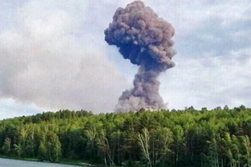 Огромные клубы дыма поднялись над районом.