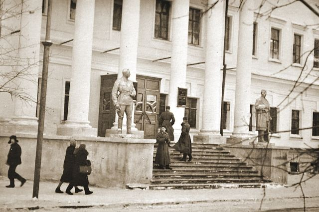 Парадный вход в здание училища.
