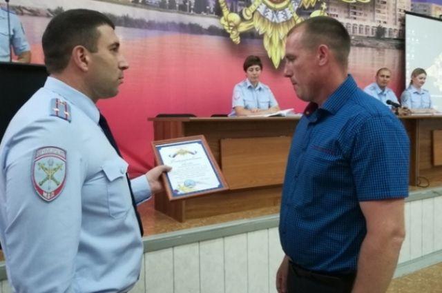 39-летнего зеленогоца Дениса Васильева за помощь в задержании подозреваемого в грабеже полицейские наградили благодарственным письмом и памятным подарком