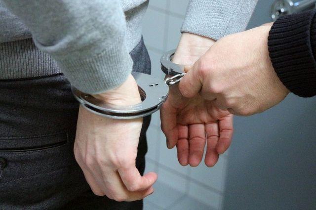 Сотрудники уголовного розыска быстро установили личность подозреваемого. Им оказался безработный, ранее неоднократно судимый 30-летний местный житель. Полицейские его задержали и доставили в дежурную часть.