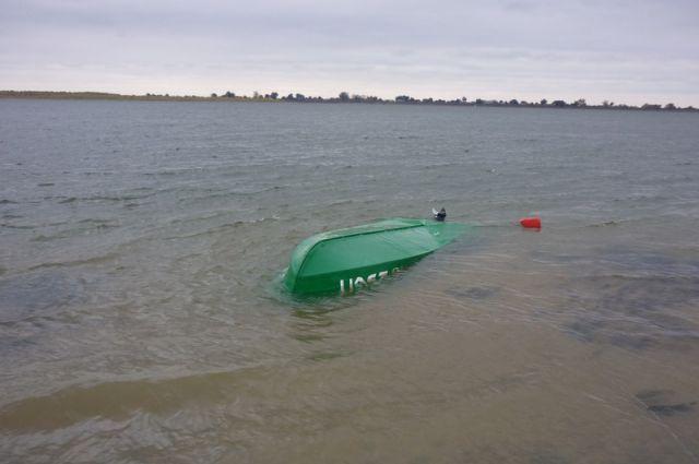 Лодка с тремя рыбаками перевернулась на реке Обь в Новосибирске