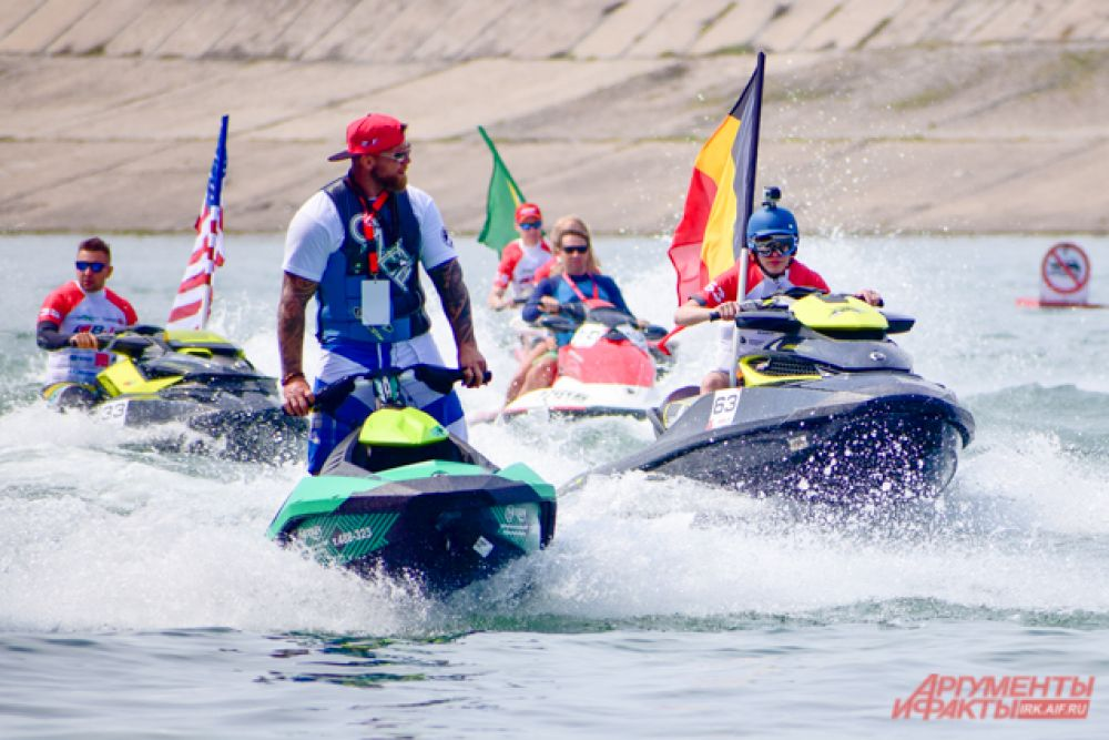 Открылся праздник проплытием аквабайкеров с флагами своих стран перед стоящими на пирсе зрителями