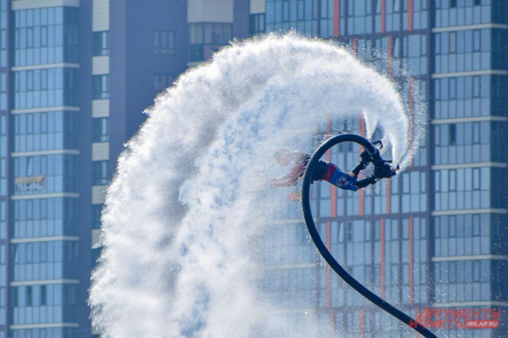 Ещё один экстремальный вид спорта – флайбординг. Специальная доска приводится в действие с помощью двух потоков воды, нагнетаемой с гидроцикла, и участники «летают» на водном потоке