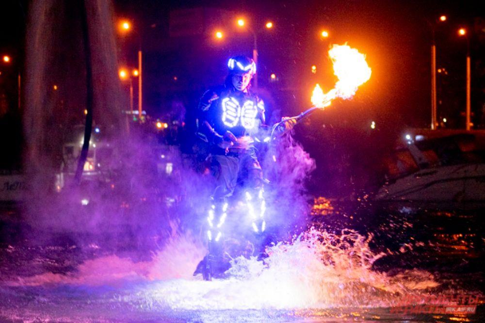 А завершился фестиваль шоу флайбордистов с огнемётами, фейерверком и концертом группы Quest Pistols