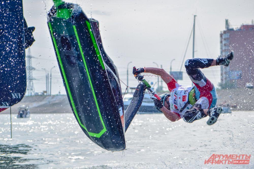 На случай, если спортсмен во время трюка упадёт, его рука соединена с гидроциклом: как только участник отпускает газ, машина останавливается