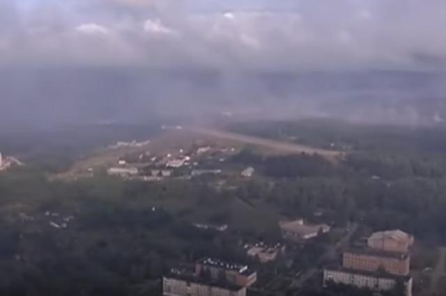 На записи с вертолета видно, что в округе горит лес, который подожгли взрывающиеся снаряды