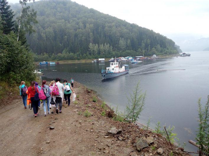 На берегу участников экскурсии ждали катера.