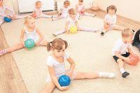 Занятия партерной гимнастикой в детской развивающей студии «Ритмика».