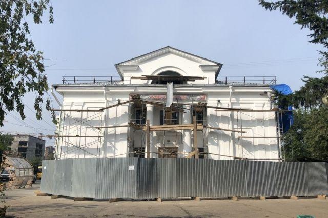Обновлению подлежат не только фасад здания, но и театральные подмостки.