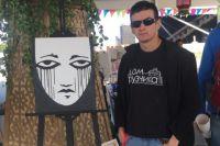 Своим арт-объектом художник решил поддержать жителей города.