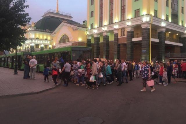 Эвакуированных увезли домой с железнодорожного вокзала Красноярска.