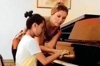 Юные исполнители очень внимательны к советам педагогов.