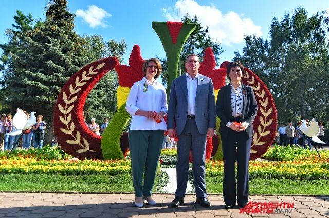 Оксана Фадина, Александр Бурков и Хоу Хун на открытии экспозиции города Кайфына.