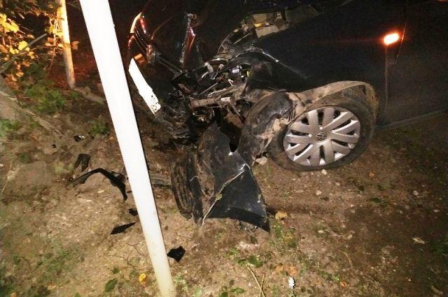 Угонщик не справился с управлением и врезался в дорожный знак.