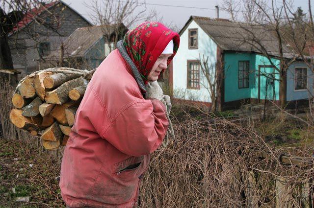 Городские пенсионеры с удовольствием переехали бы в деревню, но в домах с печным отоплением жить не хотят.