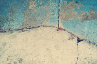 В Салехарде жильцы двухэтажки не могут попасть домой из-за просадки грунта