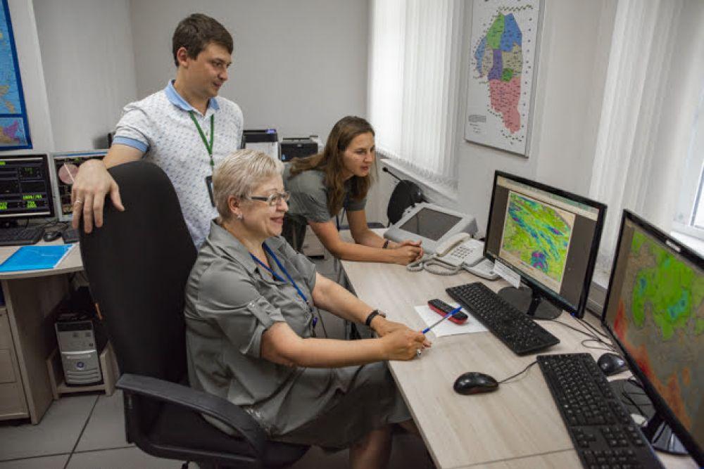 """Синоптики также работают перед мониторами. Они наблюдают за """"поведением"""" погодных явлений в воздушном пространстве и на земле. Если приближается опасность, синоптики срочно выпускают штормовое предупреждение."""