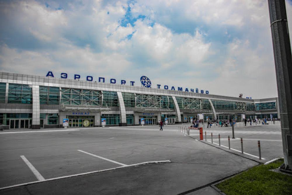 """Вход в ЗАМЦ находится слева от главного здания аэропорта """"Толмачево"""". Посторонним сюда не попасть."""