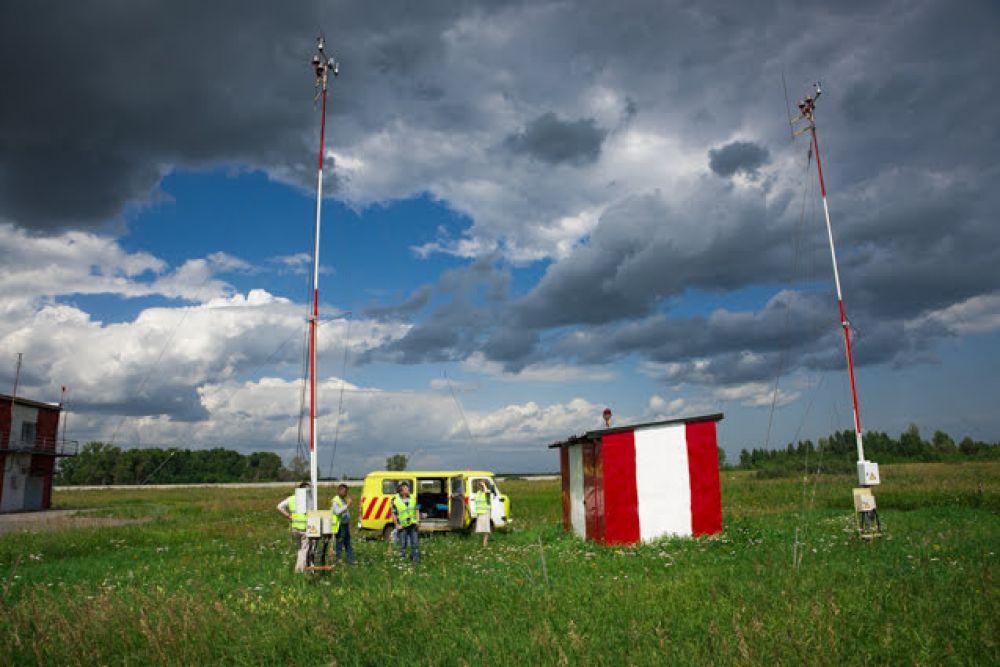 """А это измерители скорости и направления ветра: если приборы """"чувствуют"""" опасные для полетов явления, лететь нельзя."""