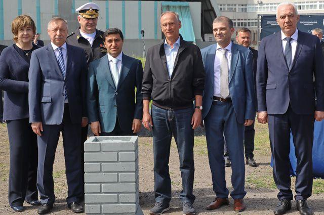 Год Нисанов при закладке капсулы, символизирующей начало строительных работ по спорткомплексу для «Корабелки».