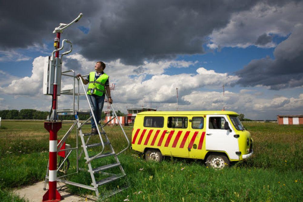 Инженер проверяет оптическую систему измерителя дальности видимости.