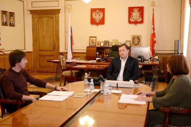 Трансляция в социальной сети велась из кабинета губернатора, вопросы смолян озвучивали журналисты.