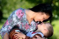 Объятия и поцелуи мамы – лучшая профилактика от плохого влияния улицы.