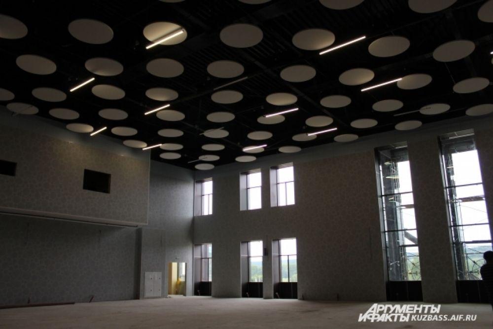В актовом зале идет активное строительство.