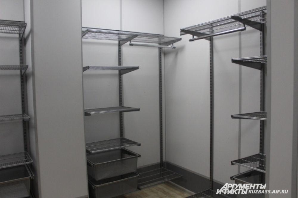 Рабочие уже завершили сборку гардеробных.