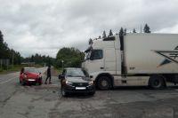 При столкновении легковое авто отбросило на большегруз Volvo.