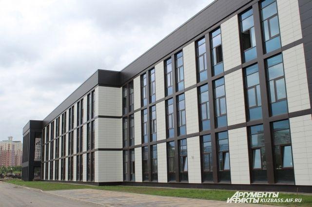 Архитектурный стиль кадетского училища лаконичный, с прямыми линиями.