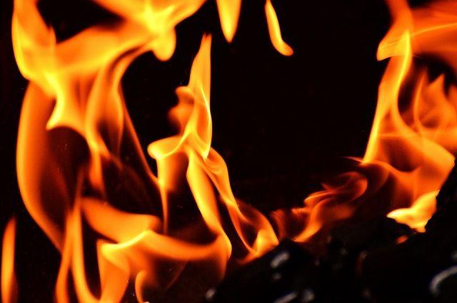 В Новосибирске минувшей ночью сгорел автомобиль и повредился рядом стоящий
