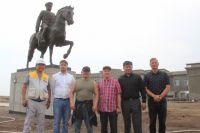 Памятник установлен к 80-летию победы советско-монгольских войск в битве на реке Халхин-Гол.