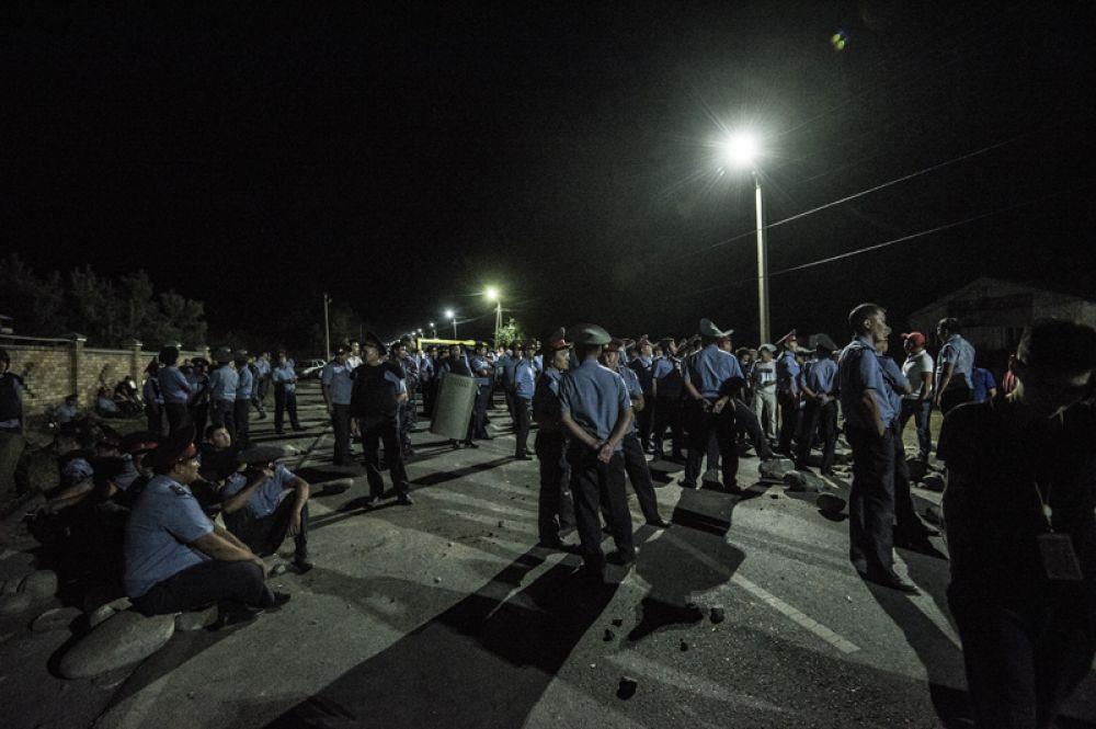 Сотрудники полиции в селе Кой-Таш, где прошла спецоперация по задержанию экс-президента Киргизии Алмазбека Атамбаева в его резиденции.