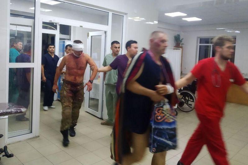 Пострадавшие в результате спецоперации по задержанию экс-президента Киргизии Алмазбека Атамбаева.