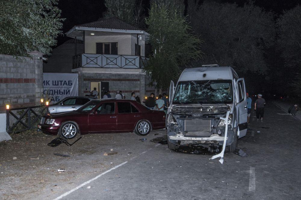 Люди в селе Кой-Таш, где прошла спецоперация по задержанию экс-президента Киргизии Алмазбека Атамбаева в его резиденции.