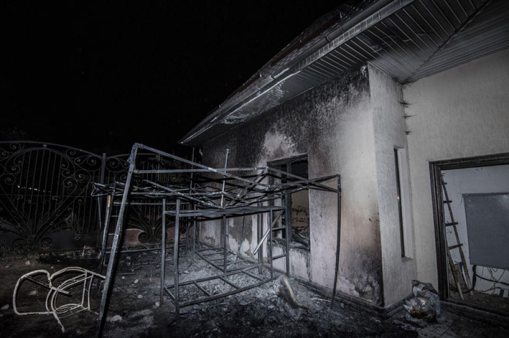 Сожженное строение на территории резиденции экс-президента Киргизии Алмазбека Атамбаева.