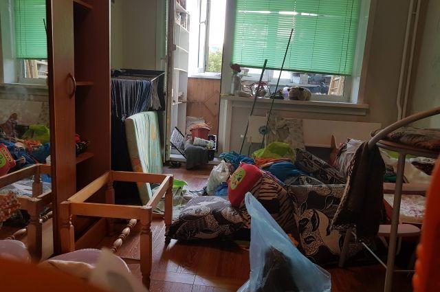 Опасная привычка: новосибирцы жалуются на соседей, захламляющих дом