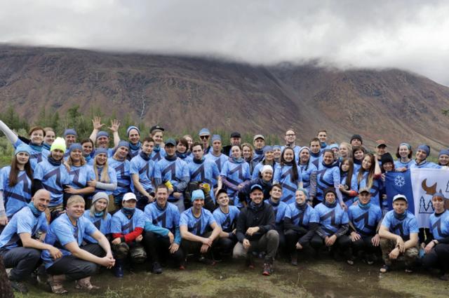 Участники ямальского проекта «Дух Заполярья» поднимаются на гору Рай-Из