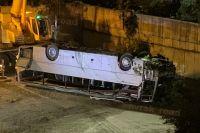 Автобус с пассажирами после ДТП упал с 10-метрового обрыва.
