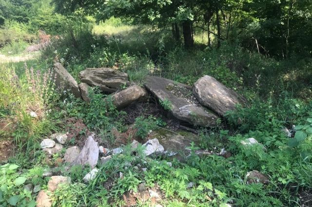 Плиты древних мегалитов разбросаны на поляне посёлке