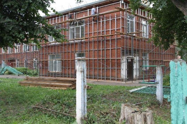 Рабочие занимаются облицовкой фасадов зданий, ремонтом кровли.