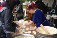 Женщины готовят угощение для всех.